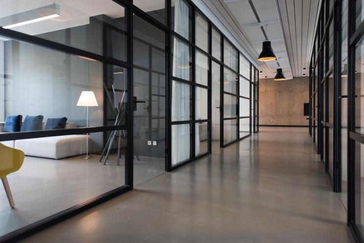 Aviso a trabalhadores e empresas: mais teletrabalho, sim; fim dos escritórios, não